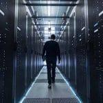 Plan suivant d'un ingénieur informatique se promenant dans le couloir du centre de données